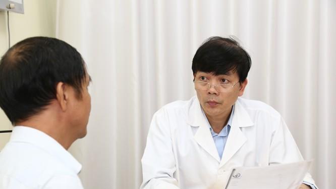 PGS.TS. Nguyễn Xuân Hùng tư vấn cho bệnh nhân.