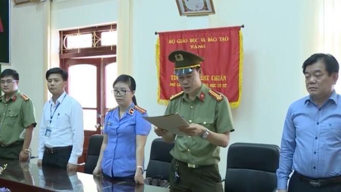 Cơ quan An ninh điều tra Công an tỉnh Sơn La triệu tập ông Hoàng Tiến Đức - Giám đốc Sở GD&ĐT tỉnh Sơn La (bên phải ngoài cùng).
