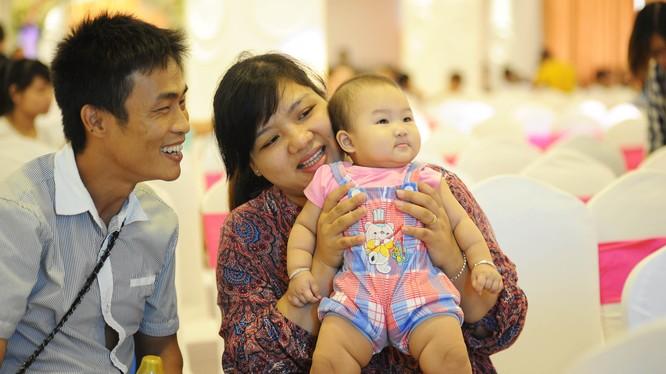Cặp vợ chồng hạnh phúc khi có được đứa con mơ ước