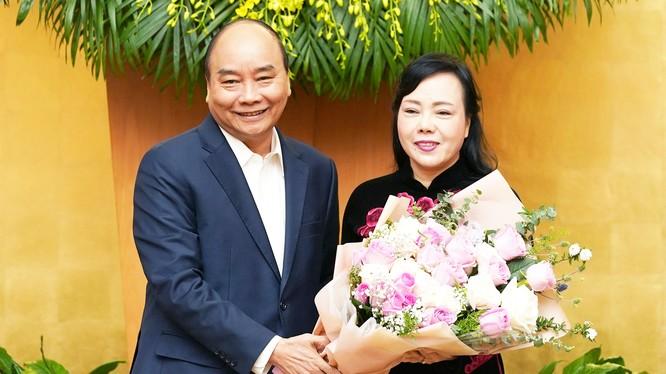 Thủ tướng Nguyễn Xuân Phú chúc mừng nguyên Bộ trưởng Bộ Y tế Nguyễn Thị Kim Tiến. Ảnh: Quang Hiếu