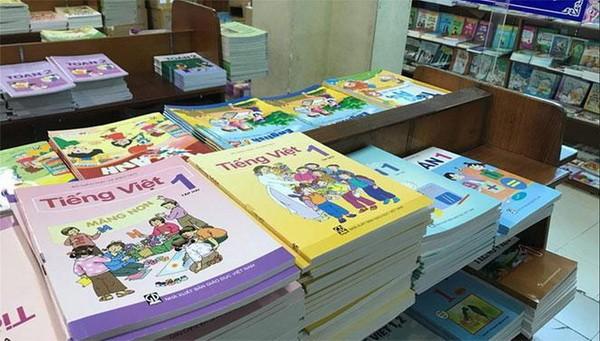 Bộ sách giáo khoa được bày bán tại hiệu sách.