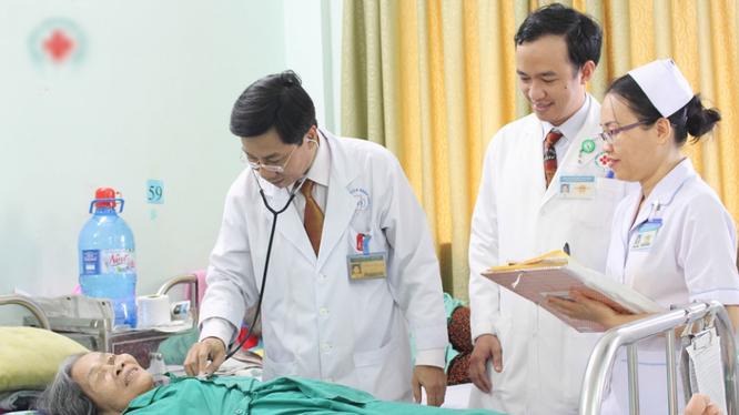 Bác sĩ thăm khám cho bệnh nhân. Ảnh: Internet