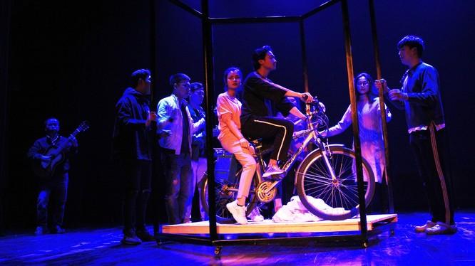 Một cảnh trong vở nhạc kịch cô gái và chiếc xe máy. Ảnh: Nhà hát Kịch Việt Nam