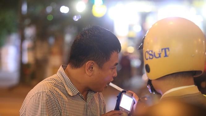 Cảnh sát giao thông đo nồng độ cồn. Ảnh: Internet