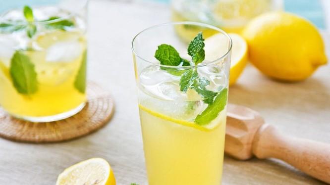 Uống nước chanh hàng ngày sẽ giúp bạn cải thiện sức khỏe. Ảnh: Internet.