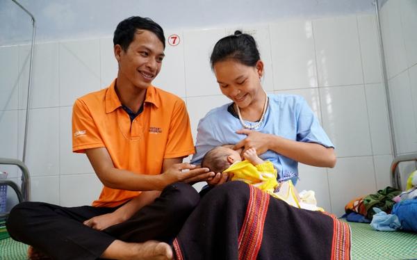 Sản phụ và chồng người dân tộc Cơ Tu. Ảnh: Trung tâm Y tế huyện Đông Giang