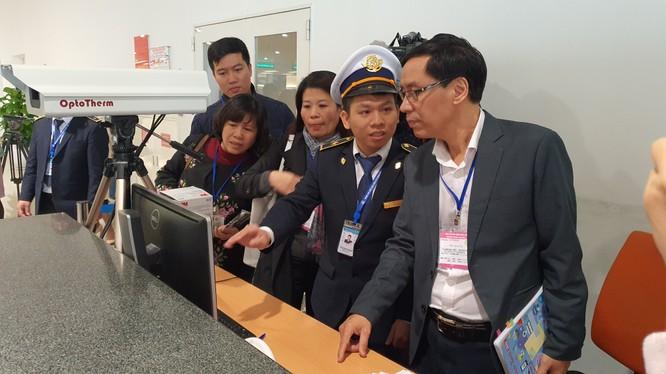 Ông Đặng Quang Tấn – Phó Cục trưởng Cục Y tế dự phòng, Bộ Y tế - kiểm tra công tác phòng chống dịch bệnh tại sân bay Nội Bài. Ảnh: Bộ Y tế