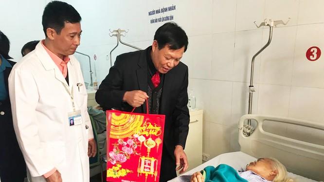 Thứ trưởng Bộ Y tế thăm hỏi, động viên bệnh nhân. Ảnh: Bộ Y tế
