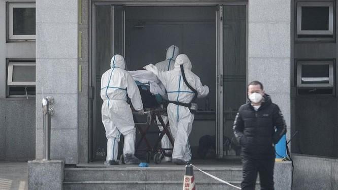 Nhân viên y tế đưa bệnh nhân đến bệnh viện tại thành phố Vũ Hán, Trung Quốc. Ảnh: EPA-EFE