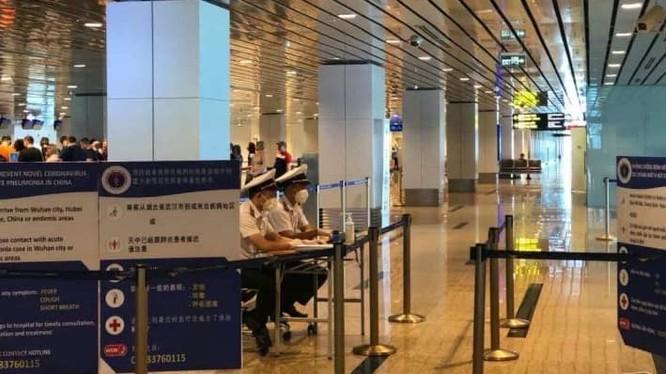 Triển khai đồng loạt việc khai báo y tế tại sân bay Cam Ranh, Khánh Hòa. Ảnh: Bộ Y tế