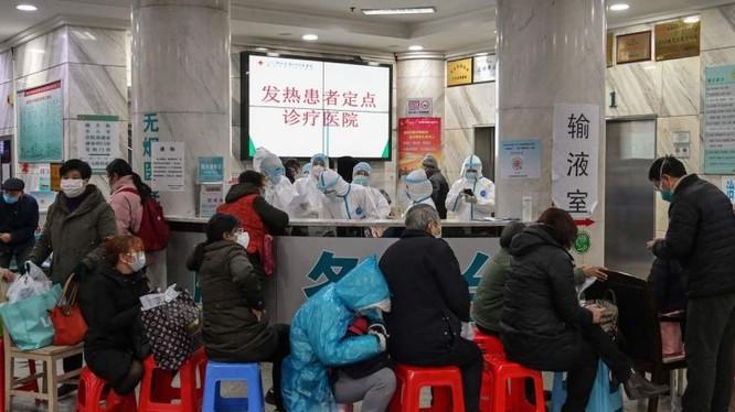 Nhân viên y tế cùng người dân tại thành phố Vũ Hán, Trung Quốc. Ảnh: AFP