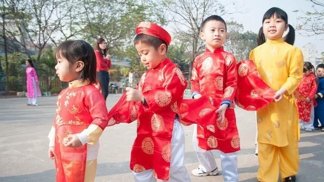 Trẻ vui chơi trong dịp Tết Nguyên đán. Ảnh: Internet