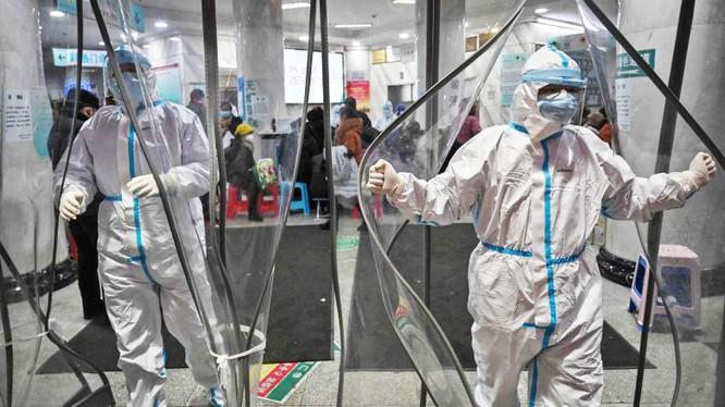 Nhân viên y tế trong trang phục bảo hộ tại Bệnh viện Chữ thập đỏ Vũ Hán ở Vũ Hán. Ảnh: AGENCE FRANCE-PRESSE