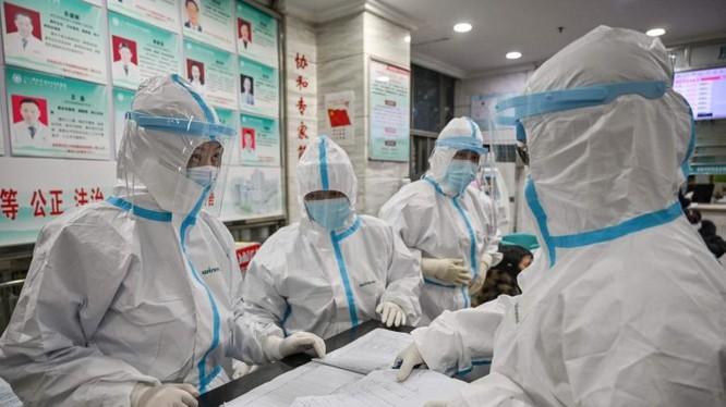 Nhân viên y tế mặc quần áo bảo hộ khi làm việc tại Bệnh viện Chữ thập đỏ Vũ Hán. Ảnh: AFP