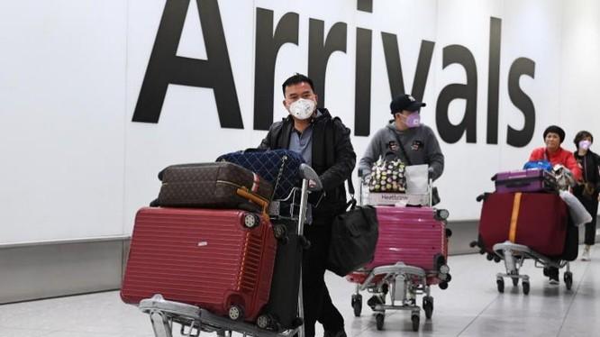 Người dân đeo khẩu trang tại sân bay ở London. Ảnh: EPA-EFE