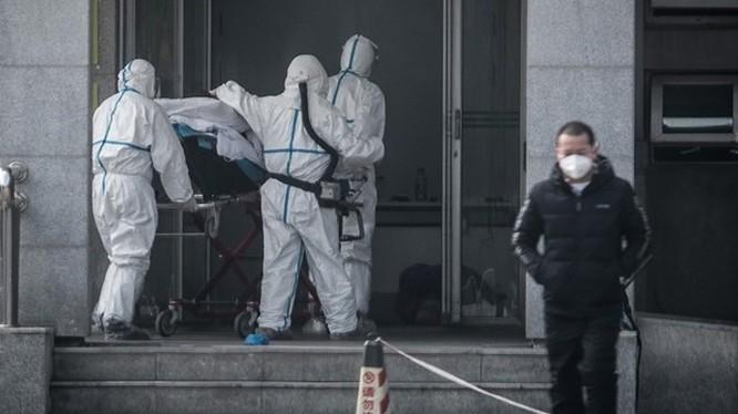 Chuyển bệnh nhân nghi nhiễm virus tại bệnh viện Jinyintan ở thành phố Vũ Hán, Trung Quốc ngày 18/1/2020. Ảnh: AFP