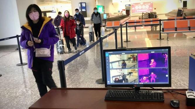 Một máy quét nhiệt sàng lọc hành khách đến tại sân bay Thiên Hà ở Vũ Hán ở trung tâm tỉnh Hồ Bắc, Trung Quốc. Ảnh: AFP