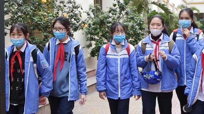 Học sinh đeo khẩu trang khi đến trường (Ảnh: LT)