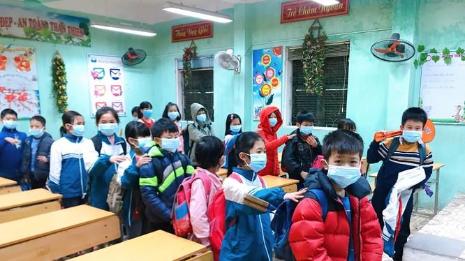 Học sinh đeo khẩu trang để phòng bệnh. Ảnh: Tạ Hải
