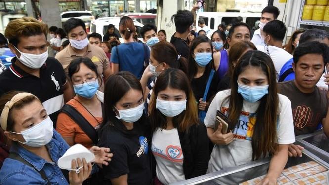 Người dân chen lấn mua khẩu trang. Ảnh: AFP