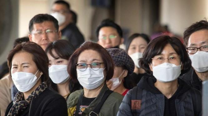 Hành khách đến trên một chuyến bay từ châu Á tại Sân bay Quốc tế Los Angeles, California. Ảnh: AFP