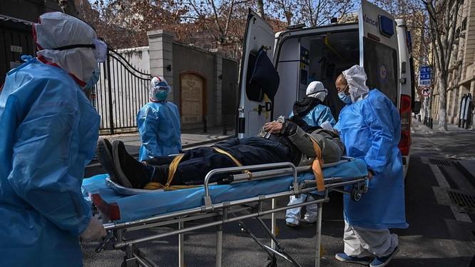 Nhân viên y tế đưa người bệnh nhập viện cấp cứu. Ảnh: AGENCE FRANCE-PRESSE