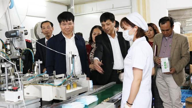 Thứ trưởng Bộ Y tế Trương Quốc Cường kiểm tra công tác sản xuất khẩu trang. Ảnh: Khánh Phương