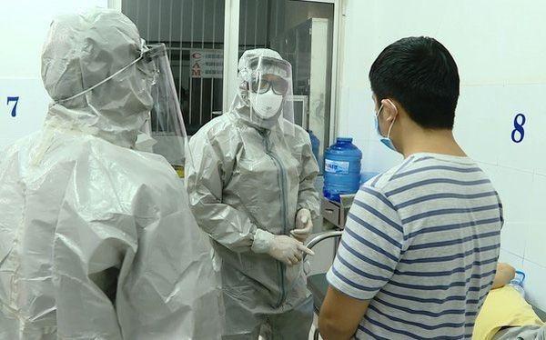 Bác sĩ thăm khám cho bệnh nhân tại Bệnh viện Chợ Rẫy. Ảnh: BVCC