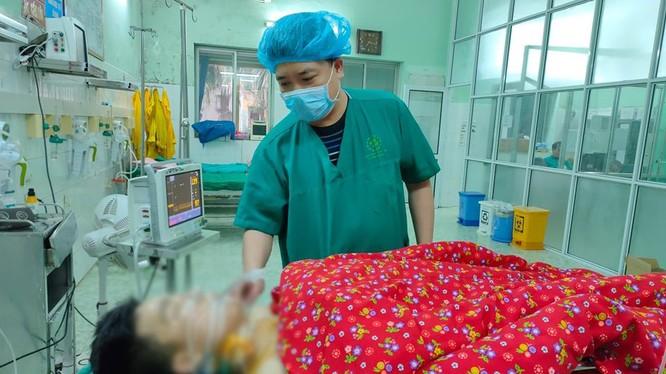 Bác sĩ điều trị cho nam hanh niên bị đâm thấu ngực. Ảnh: Bệnh viện Đa khoa tỉnh Tuyên Quang