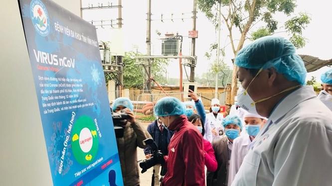 Thứ trưởng Bộ Y tế Đỗ Xuân Tuyên kiểm tra công tác phòng, chống dịch bệnh tại Vĩnh Phúc. Ảnh: Thái Bình