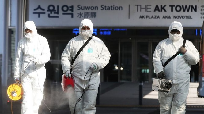 Nhân viên y tế khử trùng tại sân bay. Ảnh: EPA-EFE