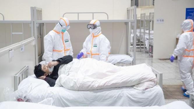 Bác sĩ chăm sóc cho bệnh nhân. Ảnh: The Straitstimes