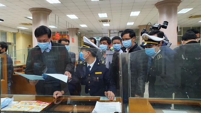 Thứ trưởng Bộ Y tế Đỗ Xuân Tuyên kiểm tra công tác phòng, chống dịch COVID-19 tại cửa khẩu. Ảnh: Tuấn Dũng - BYT