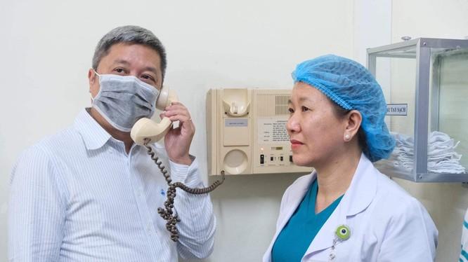 Thứ trưởng Bộ Y tế Nguyễn Trường Sơn điện đàm với bệnh nhân T.H.K. (người Mỹ gốc Việt, 73 tuổi, nhiễm nCoV) tại Bệnh viện Bệnh Nhiệt đới TP. Hồ Chí Minh. Ảnh: Vũ Mạnh Cường