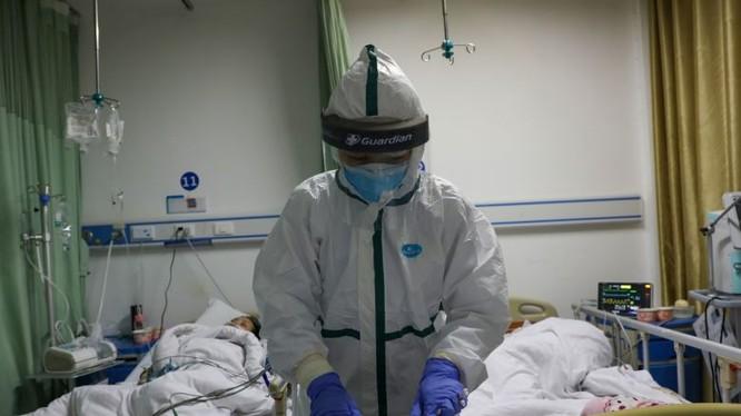 Bác sĩ chăm sóc cho bệnh nhân tại bệnh viện. Ảnh: Reuters