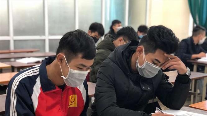 Sinh viên đeo khẩu trang để phòng bệnh. Ảnh: Nguyễn Hà