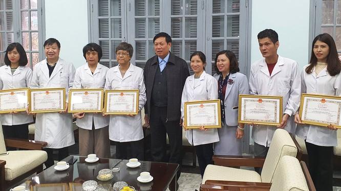 Thứ trưởng Bộ Y tế Đỗ Xuân tuyên trao bằng khen cho tập thể và cá nhân của Viện Vệ sinh Dịch tễ Trung ương. Ảnh: Tuấn Dũng