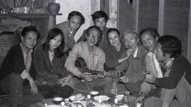 Các văn nghệ sĩ nổi tiếng Hà Thành. Ảnh: Chụp năm 1983 tại nhà riêng nhạc sĩ Thụy Kha (Hà Nội)