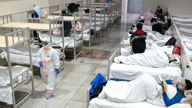 Bác sĩ chăm sóc cho bệnh nhân nhập viện điều trị Covid-19. Ảnh: Reuters