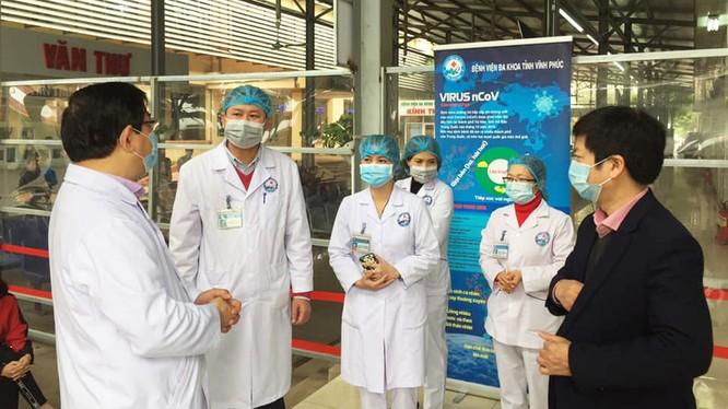 Đoàn công tác của Bộ Y tế kiểm tra tại Bệnh viện Đa khoa tỉnh Vĩnh Phúc. Ảnh: Lê Hảo