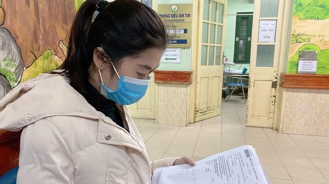 Chị H. cầm trên tay phiếu chụp X-quang trong ngày ra viện. Ảnh: Bệnh viện Hữu nghị Việt Đức.