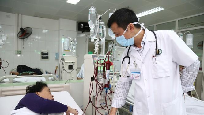 Bác sĩ thăm khám cho bệnh nhân. Ảnh: Bệnh viện Hữu nghị Việt Đức