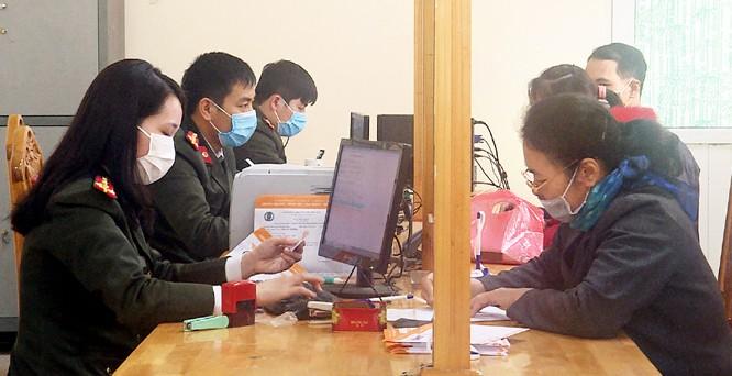 Người dân làm việc tại cơ quan hành chính của tỉnh. Ảnh: Hương – Ánh