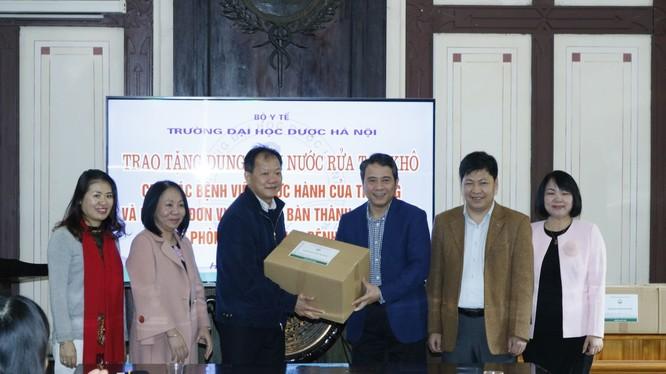 TS. Dương Đức Hùng - Phó giám đốc Bệnh viện Bạch Mai đón nhận 650 lít dung dịch nước rửa tay khô. Ảnh: Thế Anh
