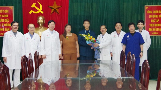 Bệnh viện Trung ương Quân đội 108 chúc mừng bệnh nhân ra viện. Ảnh: BVCC