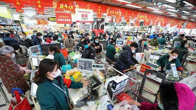 Người dân đeo khẩu trang khi đi siêu thị. Ảnh: AFP/Getty Images.