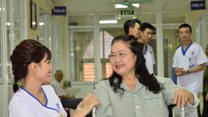 Bác sĩ thăm khám cho bệnh nhân. Ảnh: Bệnh viện Xanh Pôn
