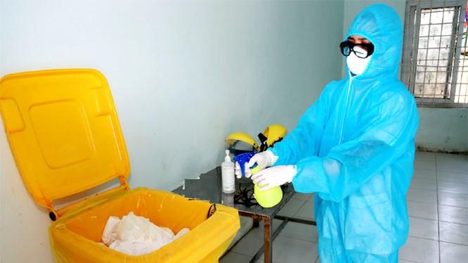 Các loại rác thải y tế tại những nơi cách ly, điều trị bệnh nhân Covid - 19 đều được xử lý bằng dung dịch sát khuẩn trước khi tiêu hủy. Ảnh: Cổng thông tin điện tử tỉnh Vĩnh Phúc