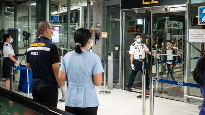Kiểm tra hành khách nhập cảnh tại sân bay. Ảnh: The Straitstimes