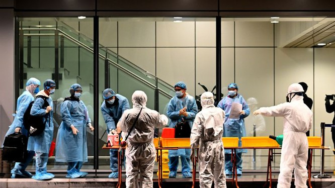 Kiểm tra hành khách nhập cảnh tại sân bay (Ảnh: Bộ Y tế)